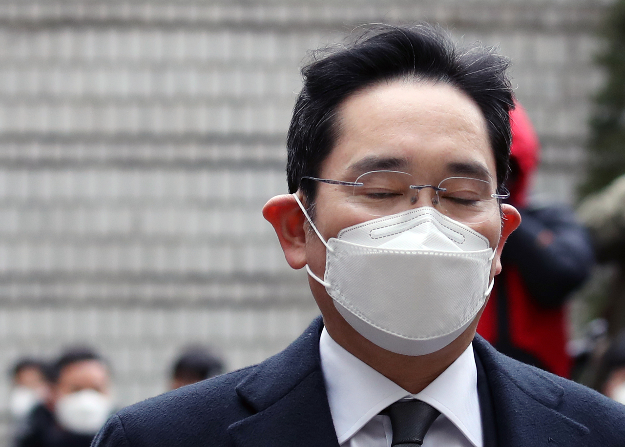 Lee Jae-yong walks into the Seoul High Court on Jan. 18. (Yonhap)