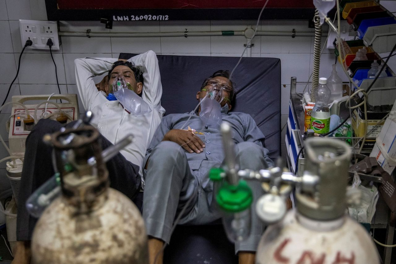 Patients suffering from COVID-19 share a bed as they receive treatment at the casualty ward in Lok Nayak Jai Prakash (LNJP) hospital in New Delhi, India April 15, 2021. (Reuters-Yonhap)