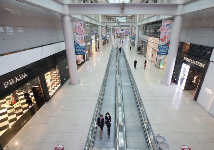 Duty-free stores at Terminal 1 of Incheon International Airport appear relatively empty on May 15, 2020. (Yonhap)