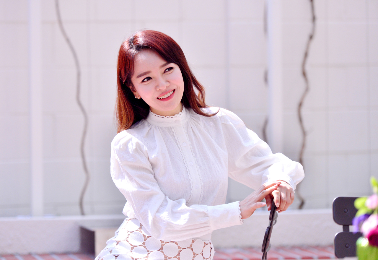Soprano Im Sun-hae poses for photos before an interview with The Korea Herald at cafe Jeffrey in Sinsa-dong, southern Seoul on April 7. (Park Hyun-koo / The Korea Herald)