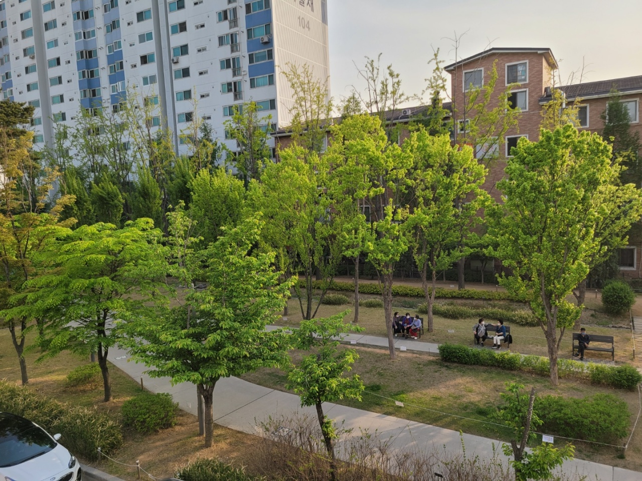 The Gyeongui Line Forest Park, a 6.3-meter linear park in northern Seoul, stretches along five subway stations.(Park Yuna/ The Korea Herald)