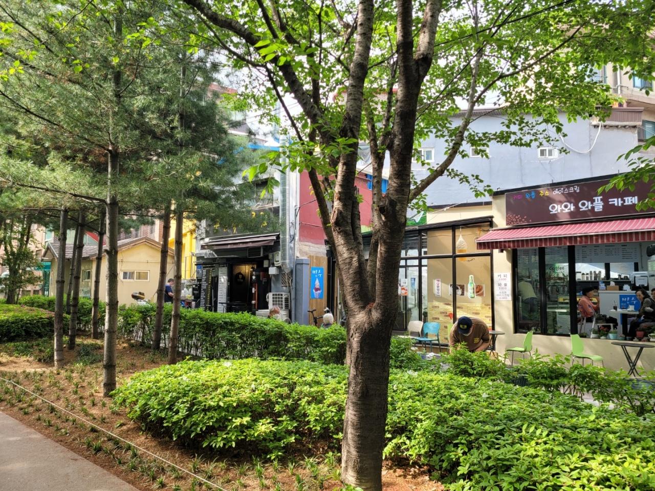 Stores along the Gyeongui Line Forest Park near Hongik University Station. (Park Yuna/ The Korea Herald)
