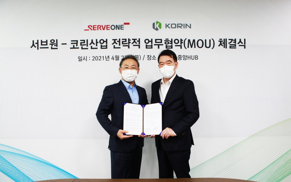 Serveone CEO Kim Dong-chul (left) and Korin CEO Lee Yong-jin pose for the camera at a ceremony held on April 22 after signing an agreement to beef up cooperation in Indonesia.