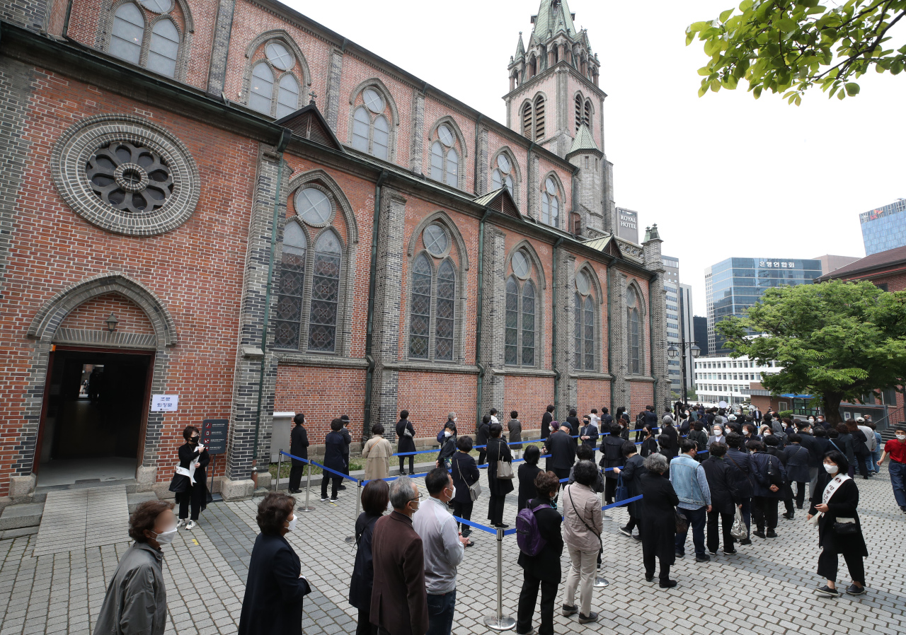 Catholics line up to pay their respects to the late Cardinal Nicholas Cheong Jin-suk on Wednesday at Myeongdong Cathedral in central Seoul. (Yonhap)