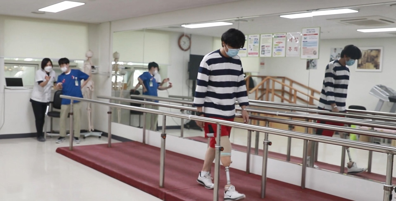 ark Joo-nam, an ex-Marine who received a robotic prosthetic leg from the Posco 1% Foundation, undergoes rehabilitation training. (Posco)