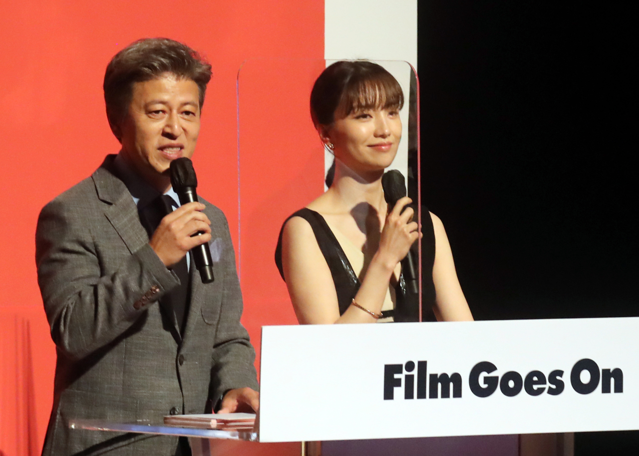 Actors Kwon Hye-hyo and Park Ha-sun host the opening ceremony of the 22nd Jeonju International Film Festival on Thursday. (Yonhap)
