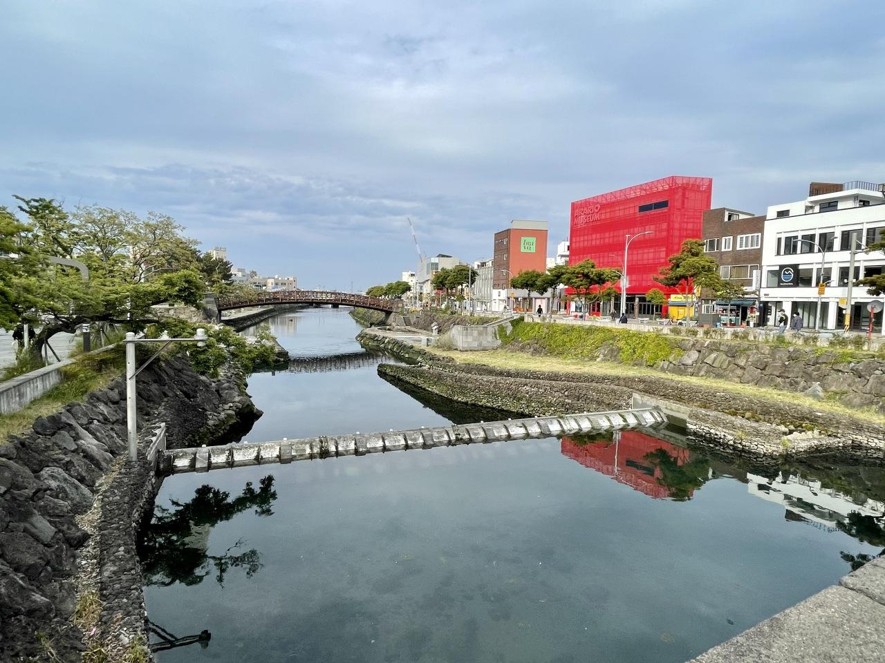Arario Dongmun Motel looks out to Sanjicheon Stream (Im Eun-byel / The Korea Herald)