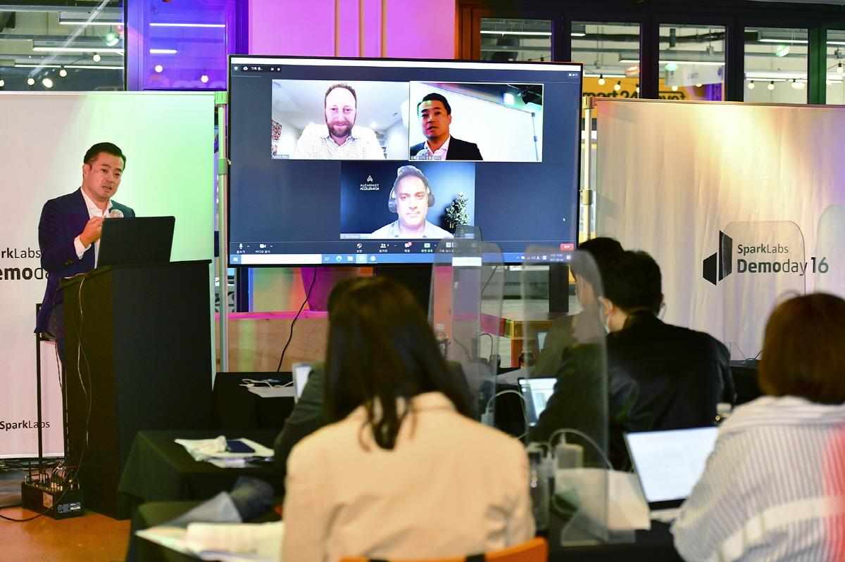 Cap: Lee Han-joo (left), co-CEO of SparkLab, speaks during a panel session with the participation of Ravi Belani, managing director at Alchemist Accelerator, and Patrick Riley, CEO of Global Accelerator Network, on Thursday. (SparkLabs)