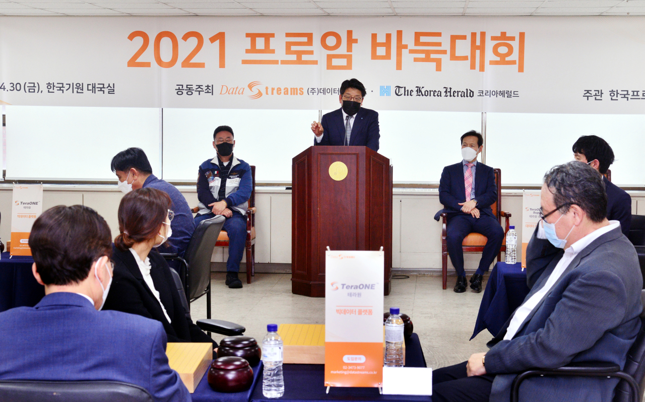 The Korea Herald CEO Choi Jin-young speaks at the 2021 Pro-am Baduk Competition in Seoul on Friday. (Park Hyun-koo/The Korea Herald)