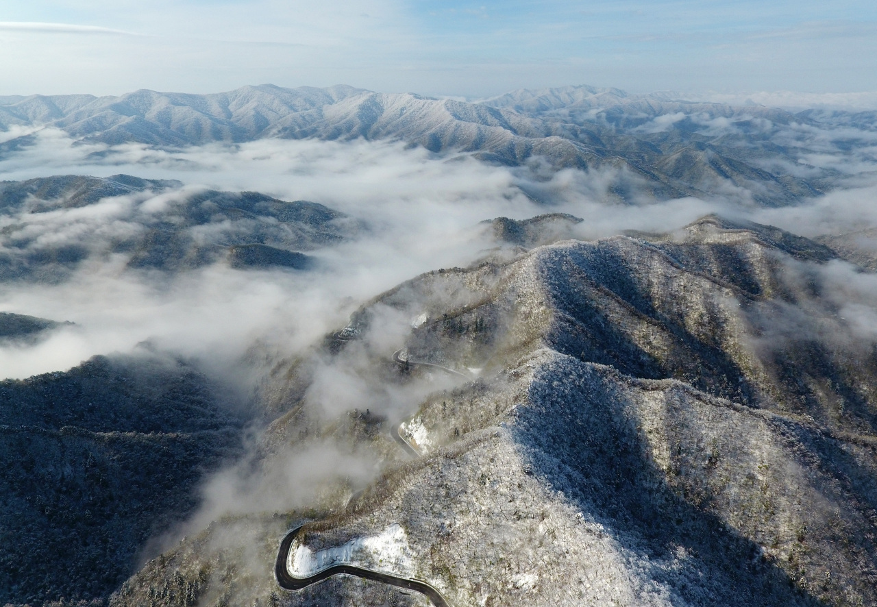 The mountainous area of Gangwon Province is covered with snow Sunday. (Yonhap)