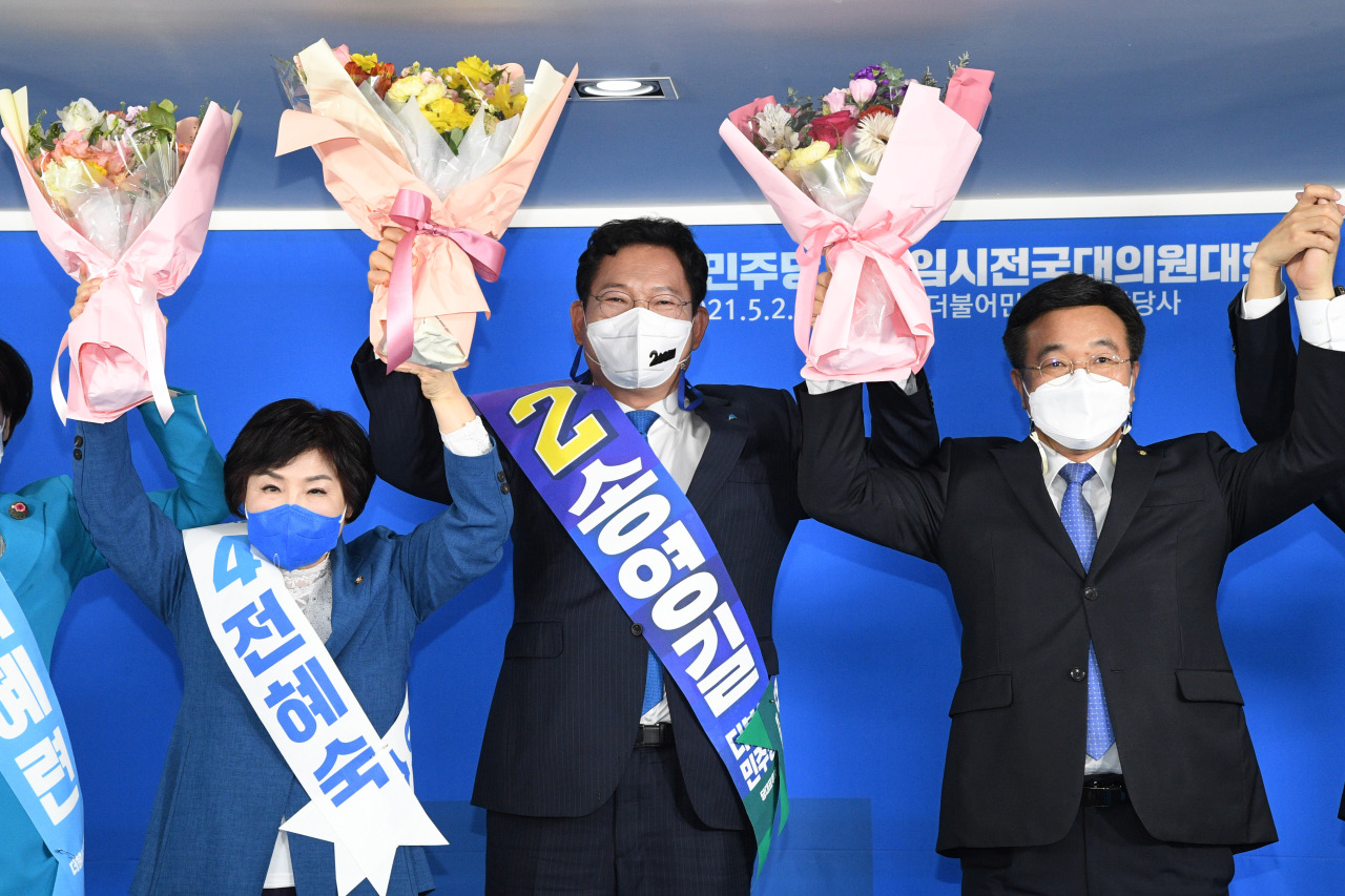 Rep. Song Young-gil (C) celebrates his election as the new chairman of the Democratic Party during a party congress in Seoul on Sunday. (Yonhap)