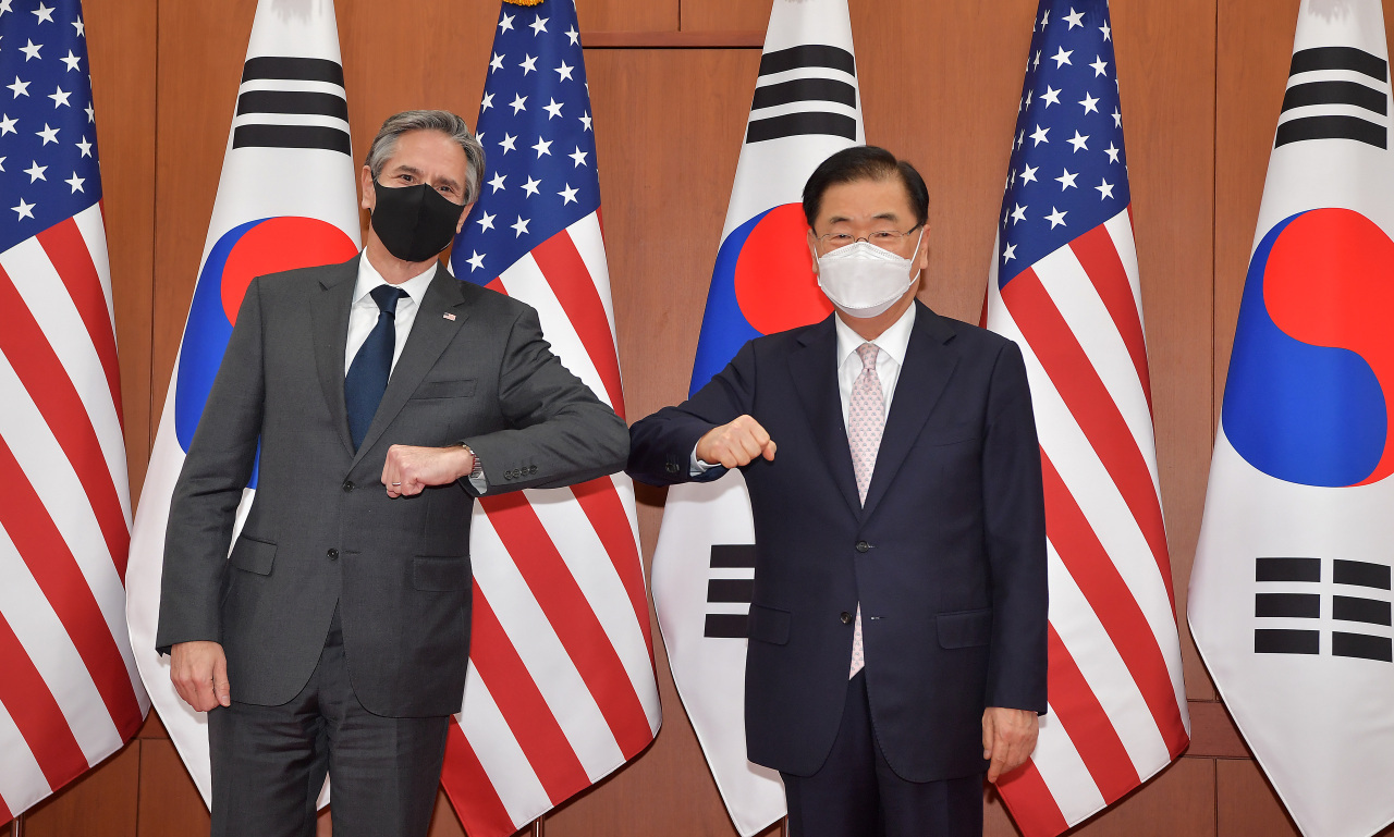 Foreign Minister Chung Eui-yong (right) and US Secretary of State Antony Blinken pose for the media before their meeting at the Foreign Ministry in Seoul on Wednesday. (Yonhap)
