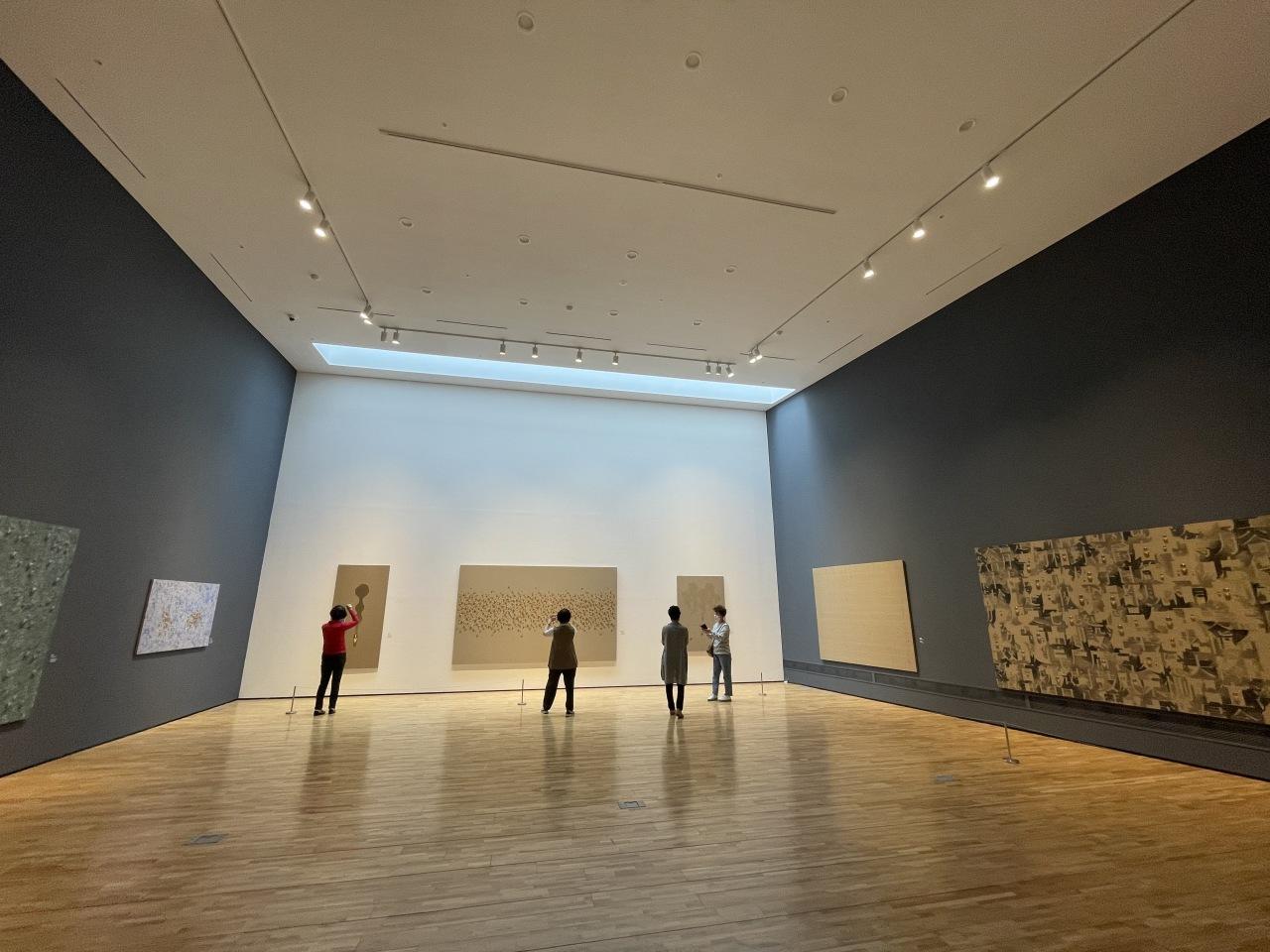 Visitors view waterdrop paintings at Kim Tschang-yeul Art Museum Jeju. (Im Eun-byel/The Korea Herald)