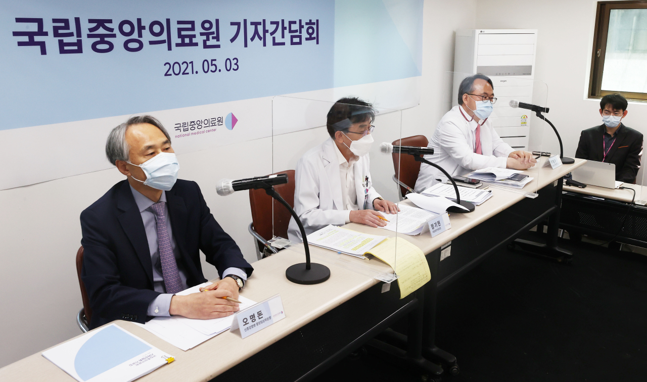 Dr. Oh Myoung-don (left) speaks during a news conference Monday morning at a National Medical Center building in central Seoul. (Yonhap)