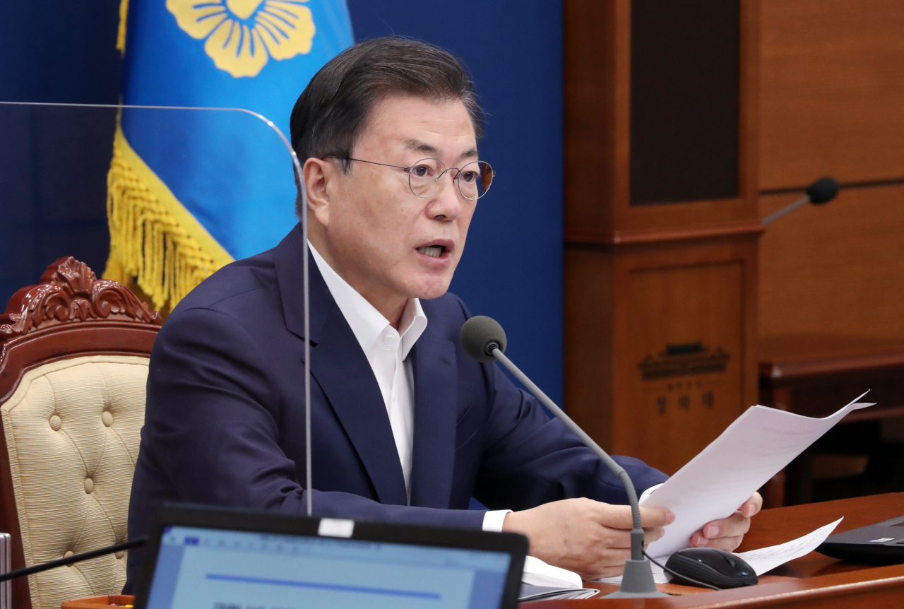 President Moon Jae-in at an urgent COVID-19 response meeting on Monday (Yonhap)