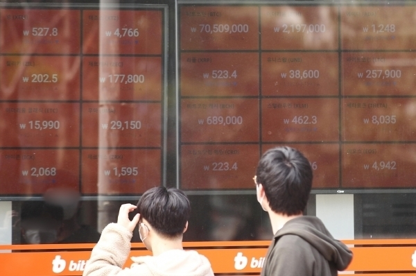 Digital screens in Seoul show the price of a bitcoin above 70 million won ($62,600) on March 14. (Yonhap)
