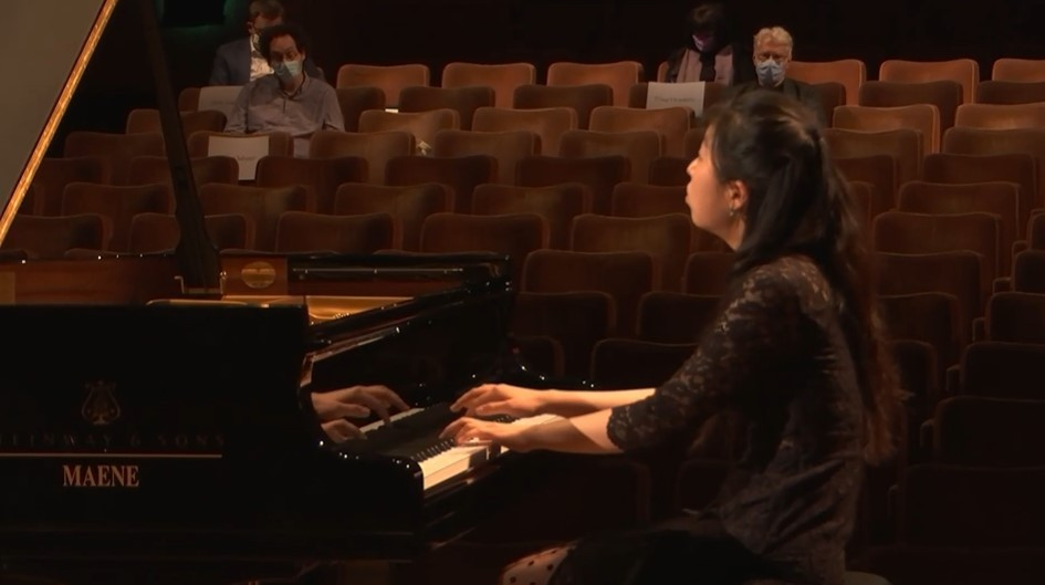 A screen shot of a performance by pianist Kim Su-yeon during the first round of competitions. (Park Yuna/The Korea Herald)