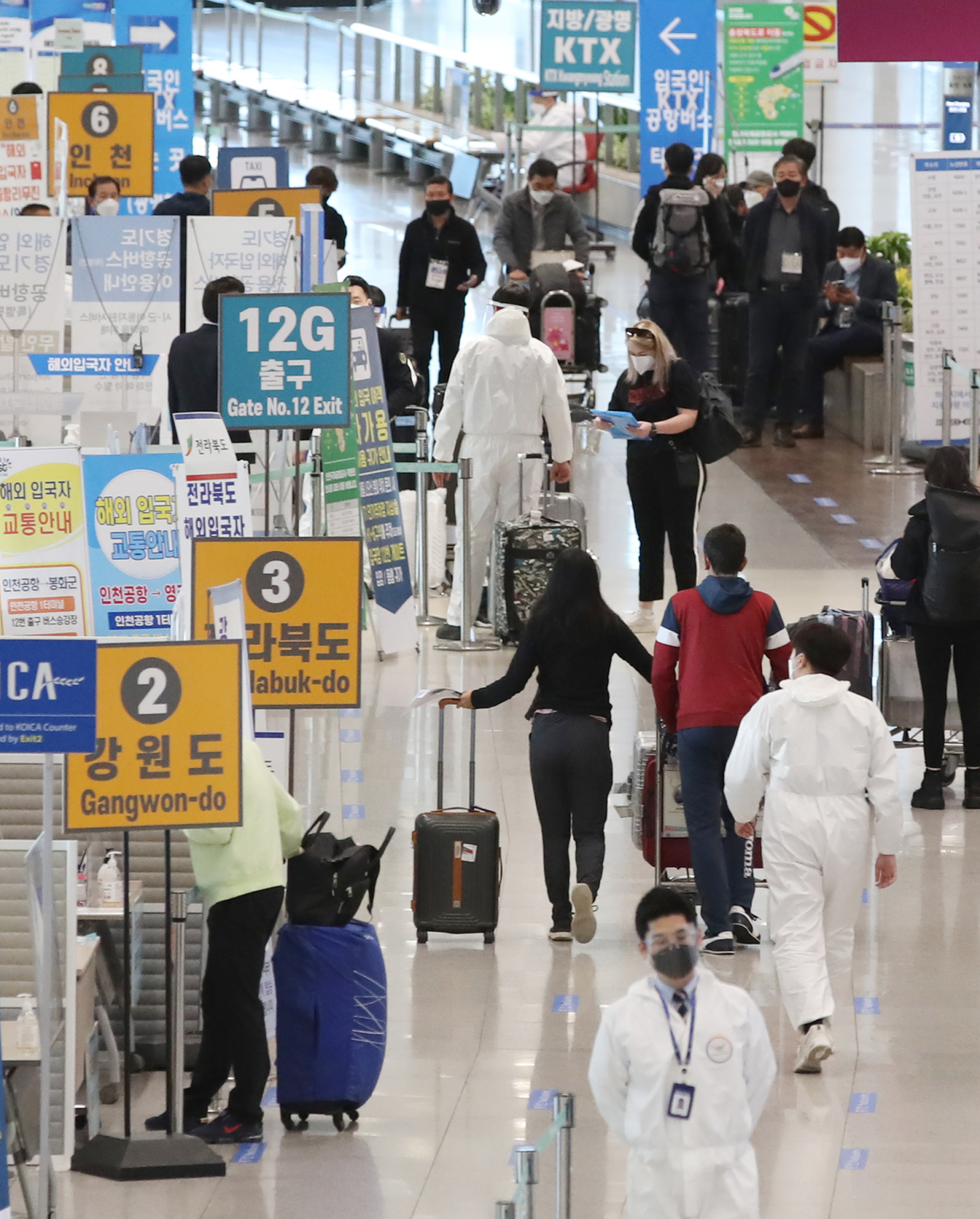 Arriving passengers are seen at Incheon airport, west of Seoul, amid the coronavirus pandemic in the file photo taken April 19, 2021. (Yonhap)