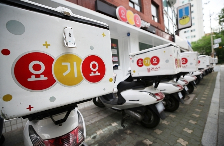 Yogiyo scooters are lined up on the street. (Yonhap)