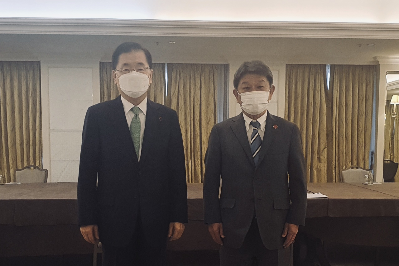 South Korean Foreign Minister Chung Eui-yong (left) poses with Japanese Foreign Minister Toshimitsu Motegi after their meeting in London. (Ministry of Foreign Affairs)