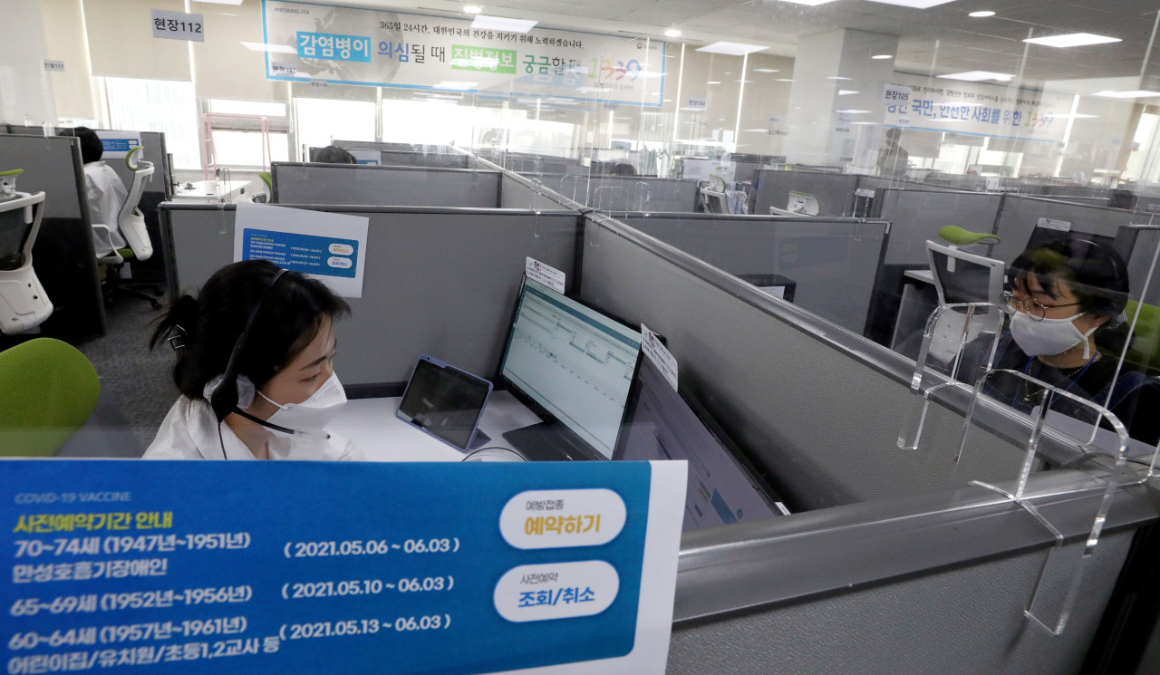 A worker at a call center in Seoul on Thursday, accepts reservations from people aged 70-74 who want to be inoculated with AstraZeneca's vaccine. (Yonhap)