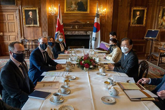 This photo, released on Thursday by AFP, shows Foreign Minister Chung Eui-yong (R) and his British counterpart, Dominic Raab (2nd from L), holding talks in Kent near London. (AFP-Yonhap)