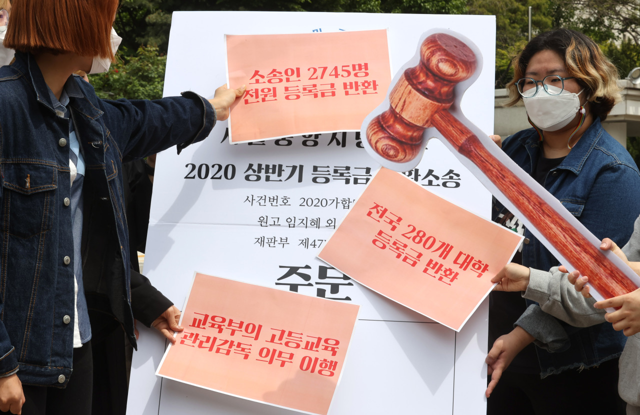 A student association holds a press conference in front of the Seoul Central District Court on Thursday, demanding tuition rebates. (Yonhap)