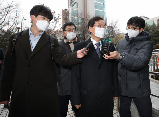 This Dec. 10, 2020, file photo shows former high-ranking prosecutor Yun Gap-geun arriving at the Seoul Southern District Court to attend a hearing about his arrest warrant in connection with the Lime fund fraud case. (Yonhap)