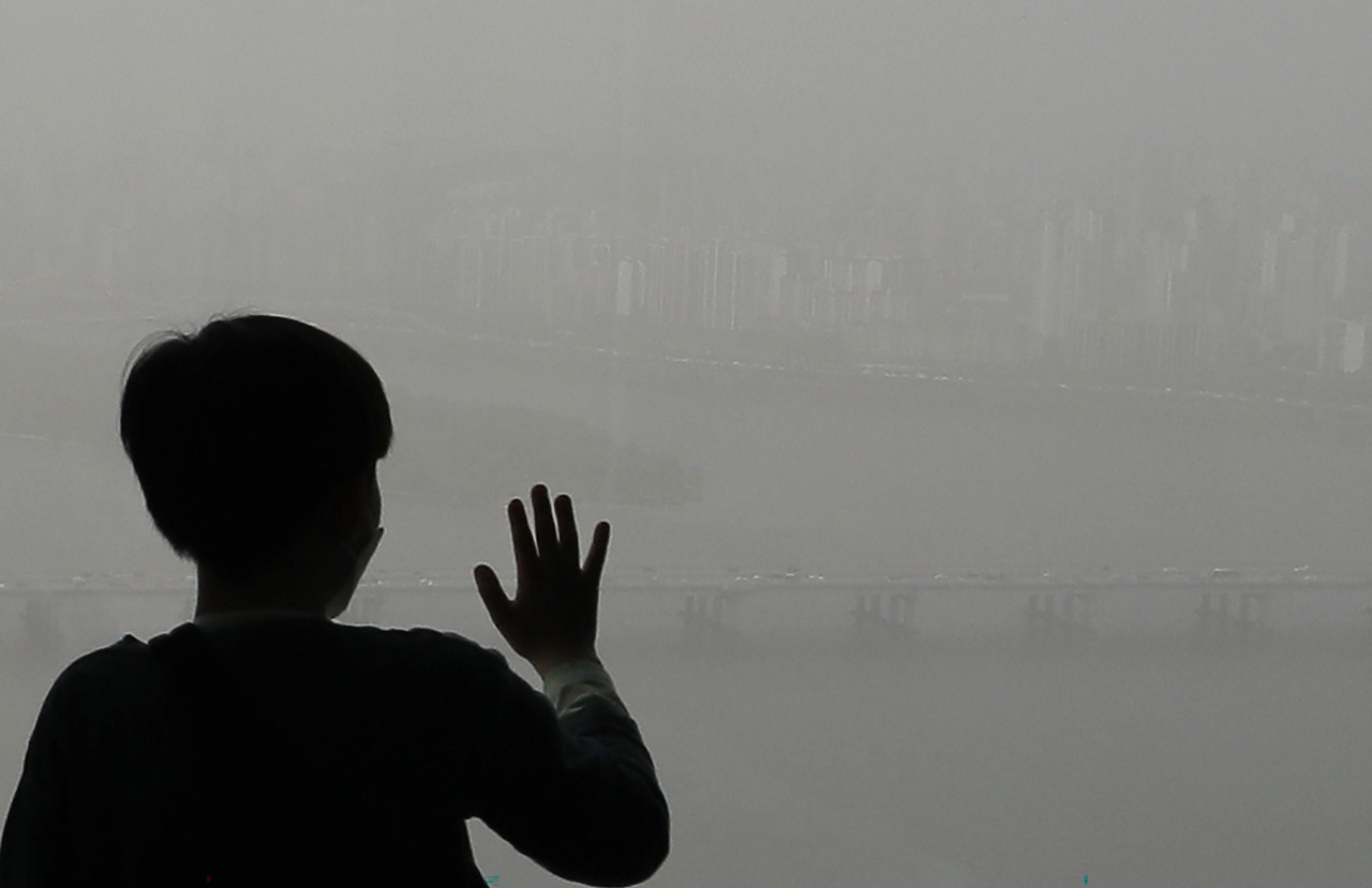 The sky over Seoul is thick with yellow dust on Friday. (Yonhap)