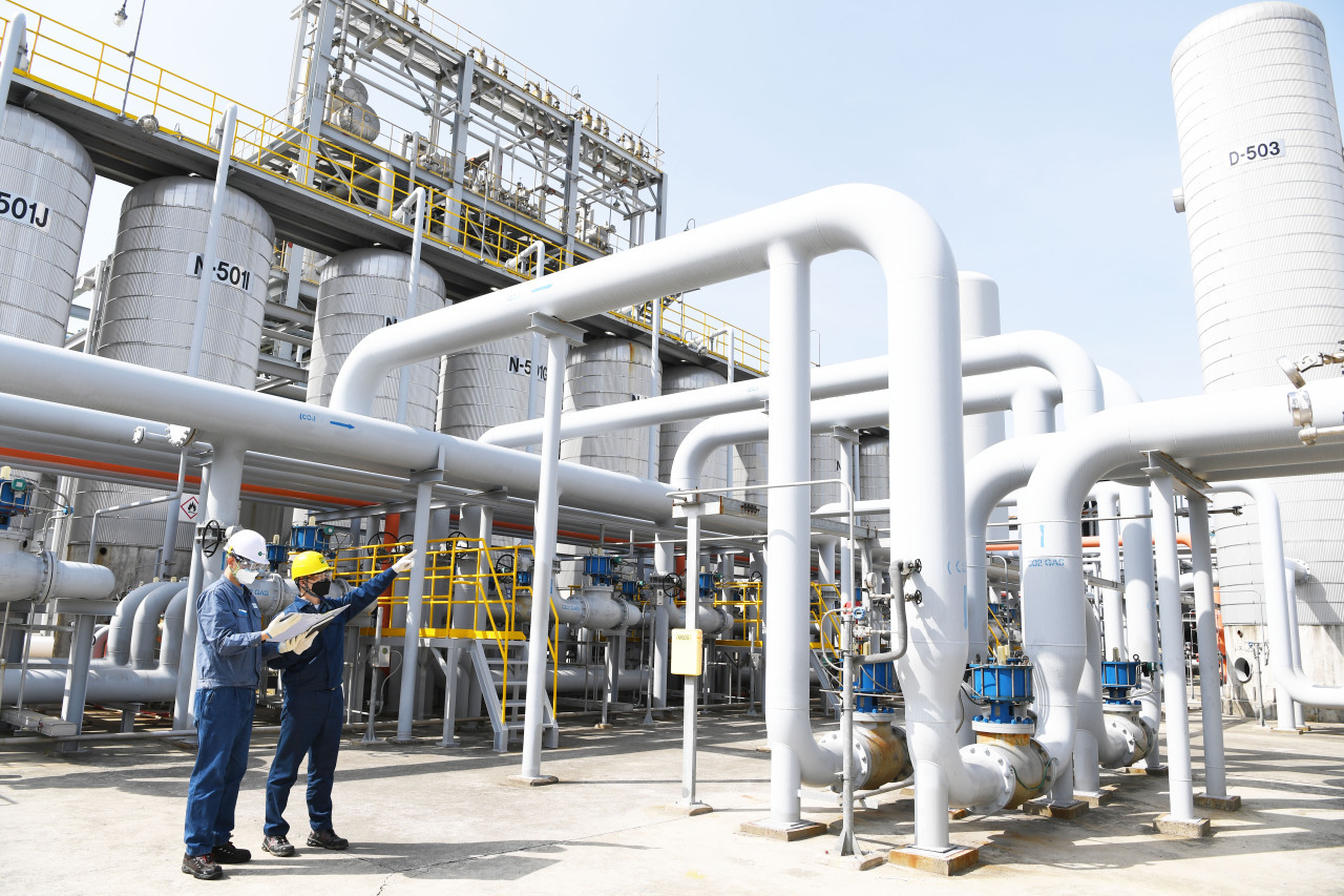 S-Oil officials check by-product gas pipelines at its Ulsan plant. (S-Oil)