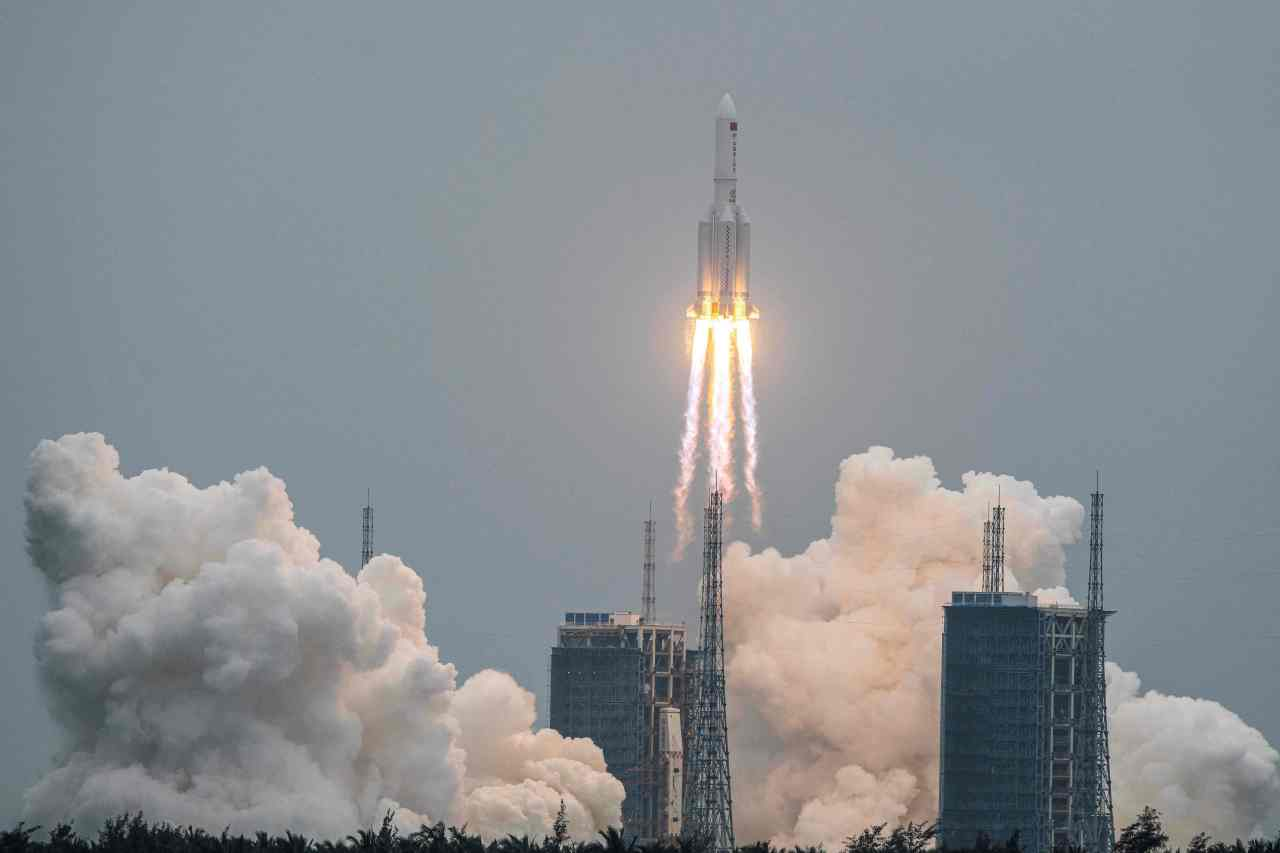 This file photo taken on April 29, 2021 shows a Long March 5B rocket, carrying China's Tianhe space station core module, lifting off from the Wenchang Space Launch Center in southern China's Hainan province. (AFP-Yonhap)