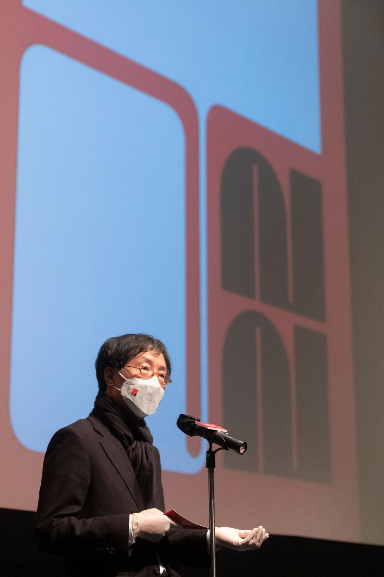 """Director of the 22nd Jeonju International Film Festival Lee Joon-dong speaks before a showing of the closing movie """"Josep,"""" directed by Aurel on Saturday. (Jeonju IFF)"""