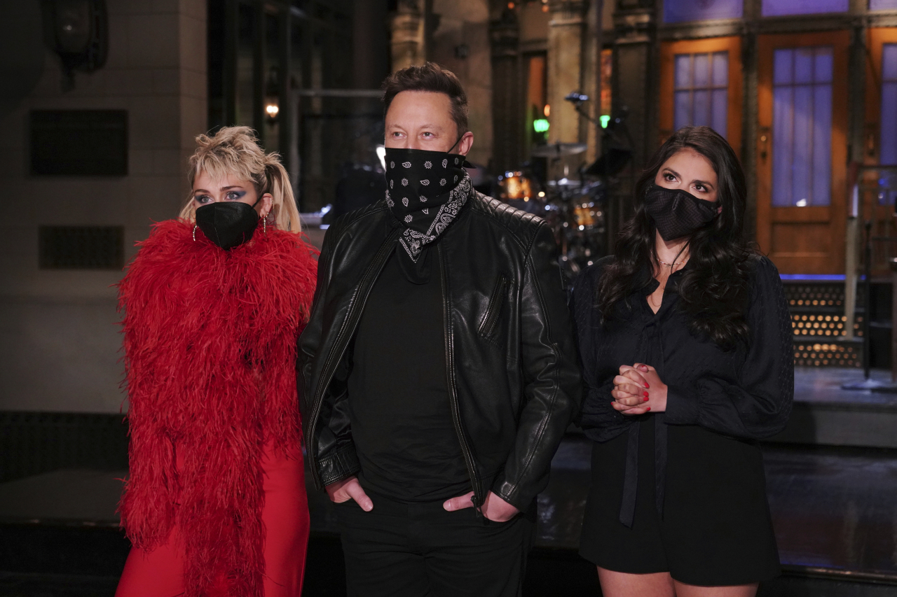 This image released by NBC shows musical guest Miley Cyrus, from left, host Elon Musk, and Cecily Strong during promos in Studio 8H on Thursday (AP-Yonhap)