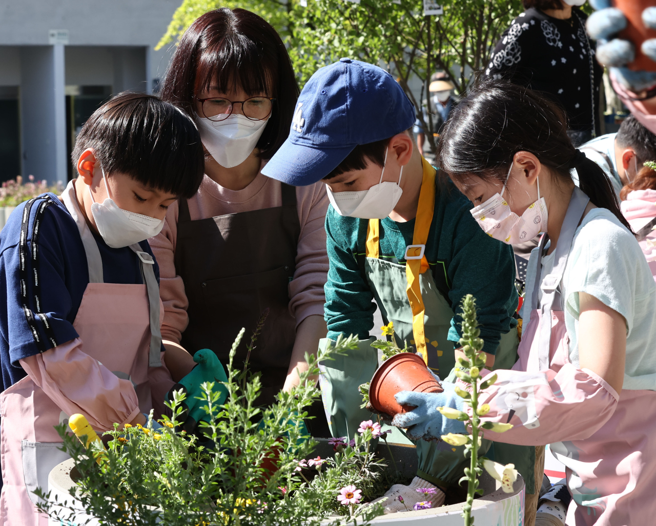 In this photo taken on Sunday, a family participates in an offline gardening event held in Manri-dong, central Seoul, amid the COVID-19 pandemic as part of the Seoul International Garden Show scheduled from May 14-20. (Yonhap)