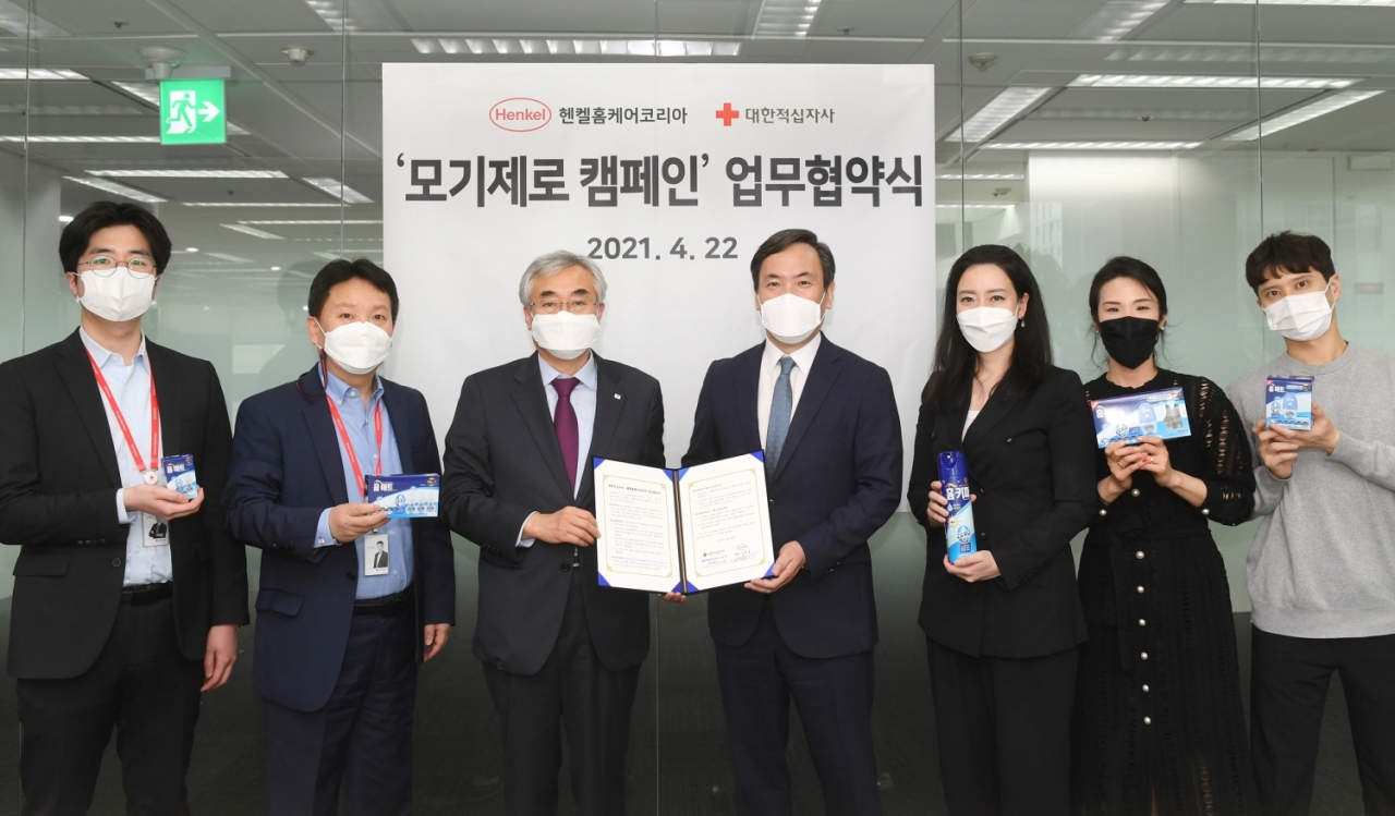 """Henkel Homecare Korea CEO Kim Gwang-ho (fourth from left) and Korean Red Cross Blood Services Director General Cho Nam-sun (third from left) pose after concluding a business agreement for """"Zero Mosquito Campaign"""" in Seoul. (Henkel Homecare Korea)"""