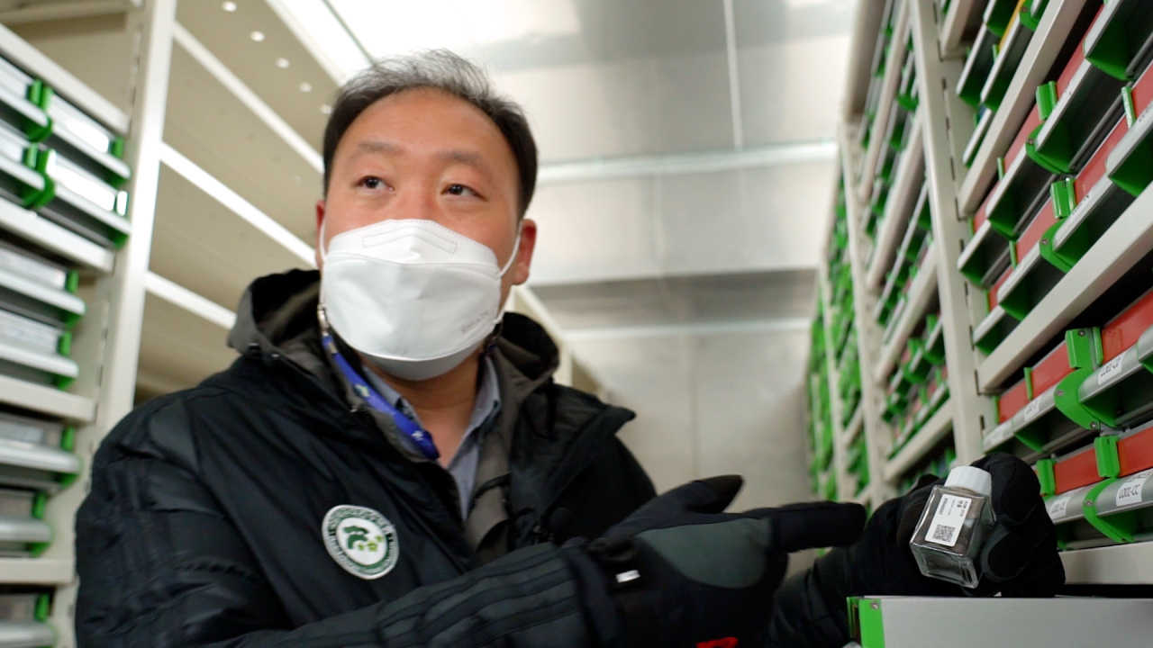 Lee Sang-yong, General Manager of the Seed Vault Center shows sacred lotus seeds that bloomed after 700 years. (Kim Hae-yeon/ The Korea Herald)