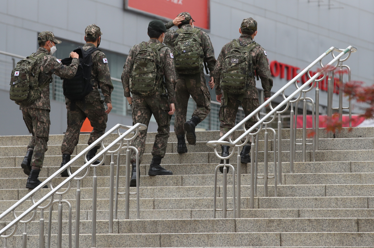 This photo, taken on Monday, shows service members at Seoul Station. (Yonhap)
