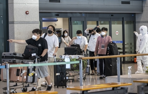 A plane carrying 164 South Korean business officials arrives at the Incheon International Airport, west of Seoul, from New Delhi, India, on Saturday. (Yonhap)
