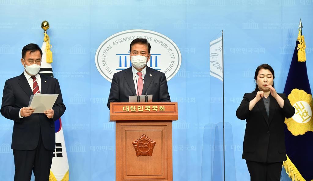 Reps. Park Jin (C) and Choi Hyung-du (L) of the main opposition People Power Party announce a statement on the presentation of the party's resolution calling for the government to ramp up a Seoul-Washington vaccine partnership to overcome the pandemic at the National Assembly in Seoul on Monday. (Yonhap)