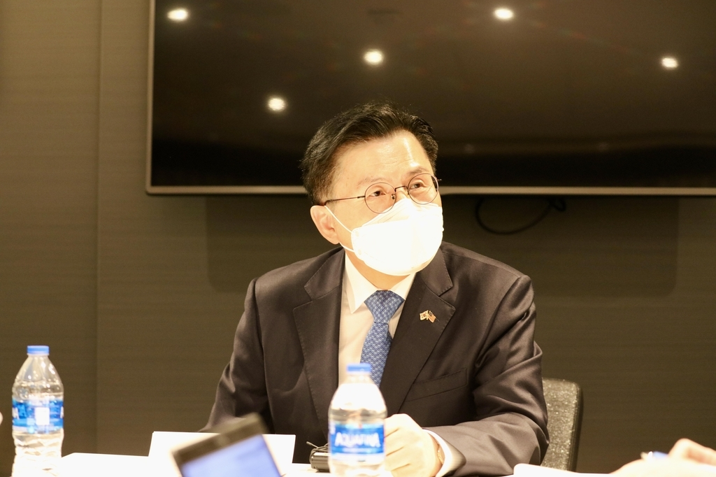 Former South Korean Prime Minister Hwang Kyo-ahn speaks in a press conference in Washington on Tuesday. (Yonhap)