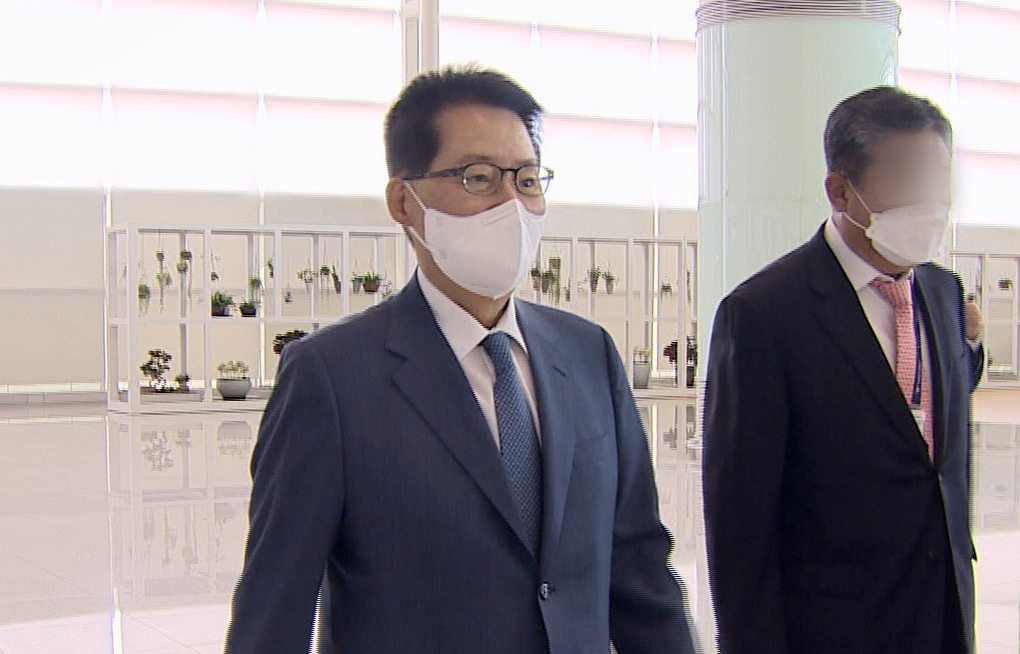 Park Jie-won (L), head of South Korea's National Intelligence Service, arrives at Incheon International Airport, west of Seoul, on Tuesday, to head for Japan to attend a meeting with his US and Japanese counterparts, in this photo captured from Yonhap News TV. (Yonhap News TV)