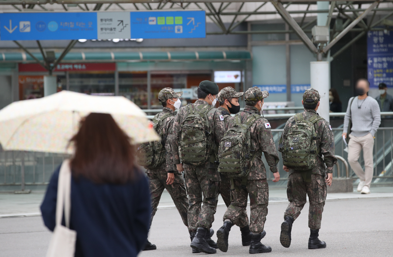 Soldiers arrive at Seoul Station on Monday. (Yonhap)
