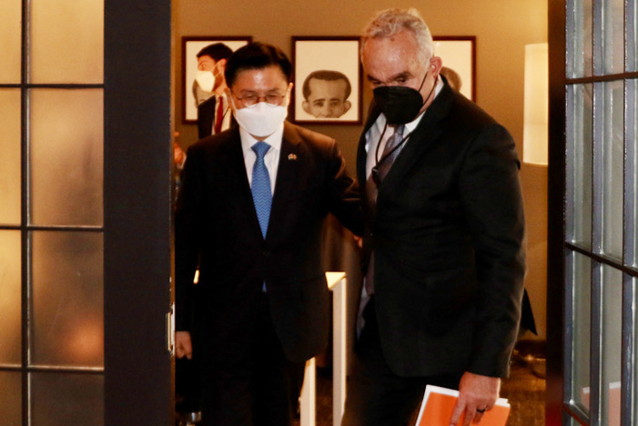 Former South Korean Prime Minister Hwang Kyo-ahn (left) sees off White House policy coordinator for the Indo-Pacific Kurt Campbell after their meeting at a Washington hotel on Tuesday. (Yonhap)