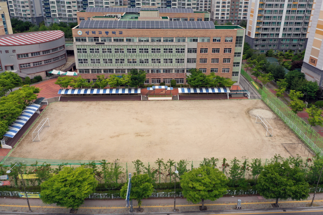 No students are seen in high school playground in Gwangju on Tuesday amid extended online classes due to COVID-19 outbreak. (Yonhap)