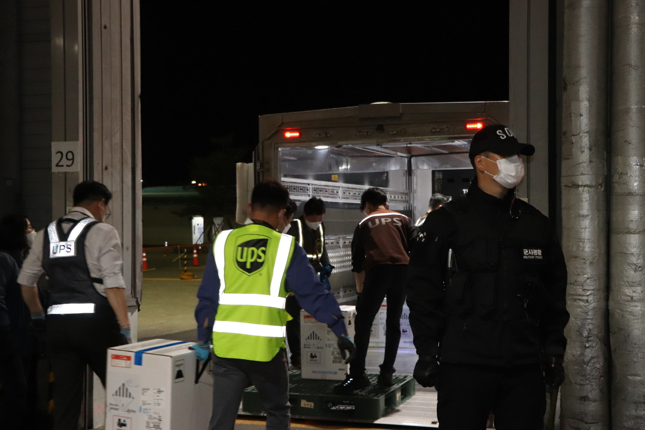438,000 doses of the Pfizer COVID-19 vaccine have arrived in South Korea on Wednesday. (Yonhap)