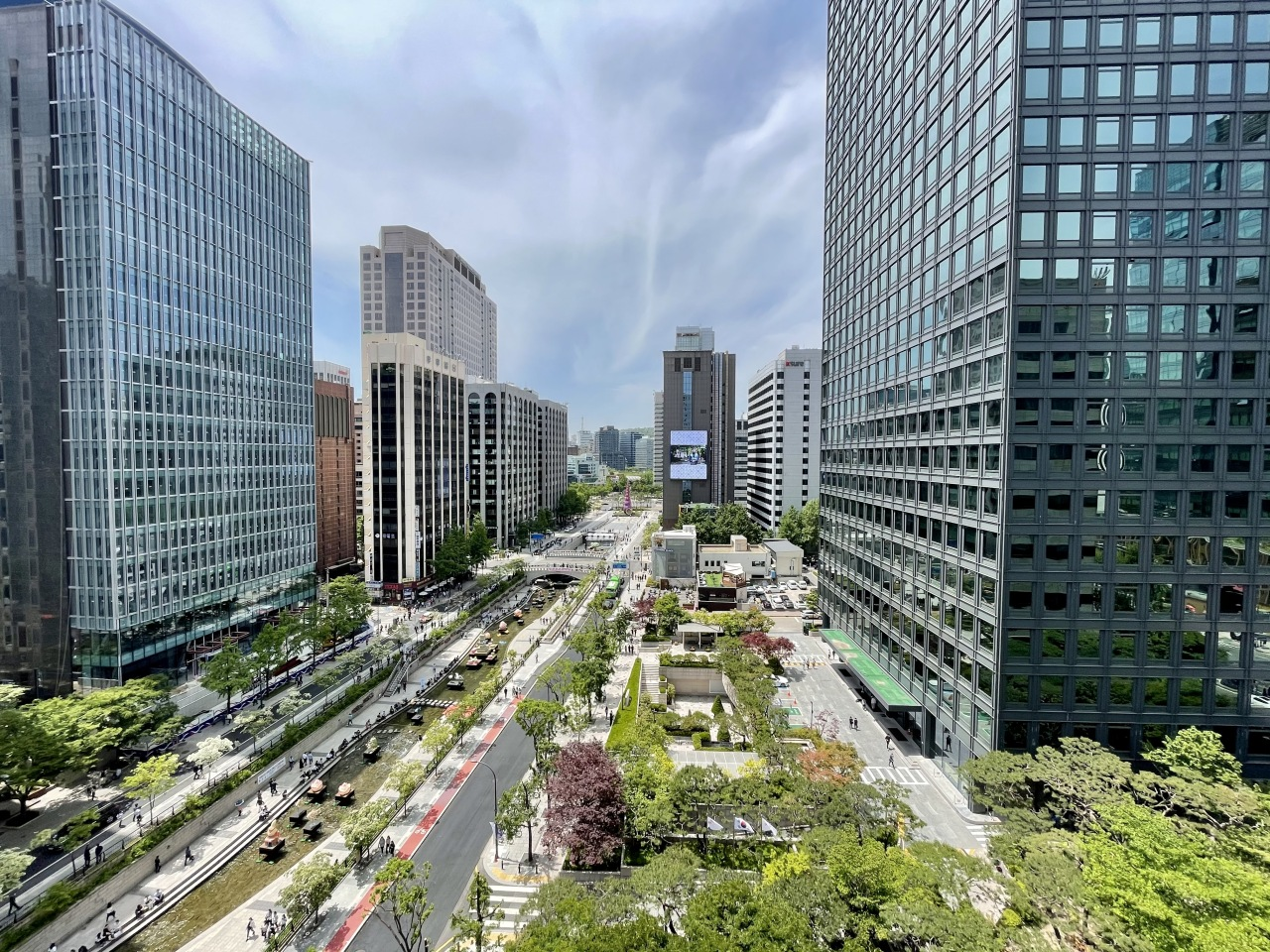 Cheonggyecheon and its neighboring buildings in Jongno-gu, central Seoul. Cheonggyecheon is one of few green spaces amid the concrete jungle of central Seoul. (Im Eun-byel / The Korea Herald)