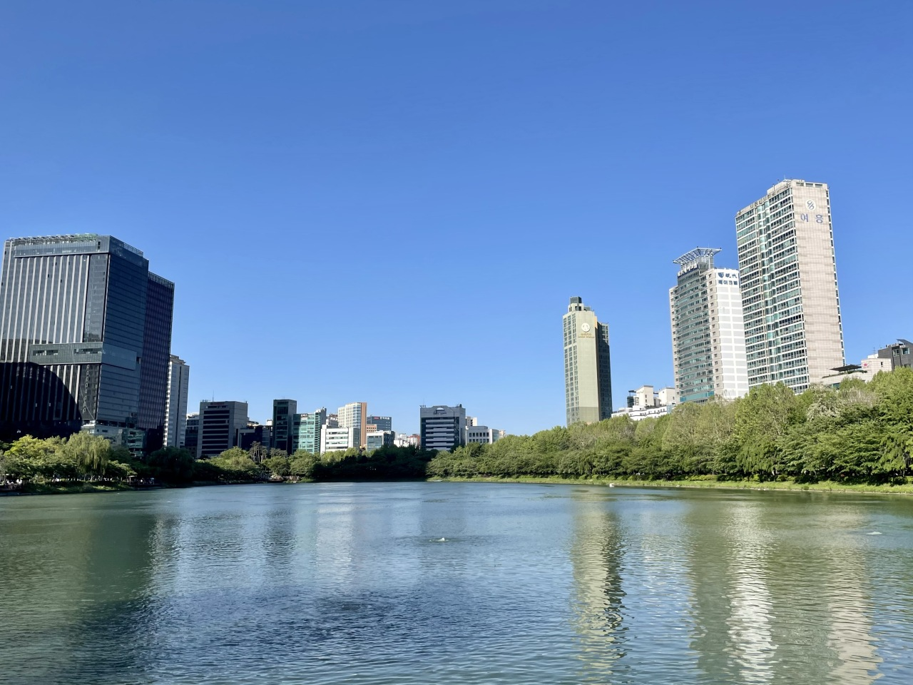 View from Seokchon Lake in Jamsil, eastern Seoul. Seokchon Lake is a popular park in the busy Jamsil area. (Im Eun-byel / The Korea Herald)