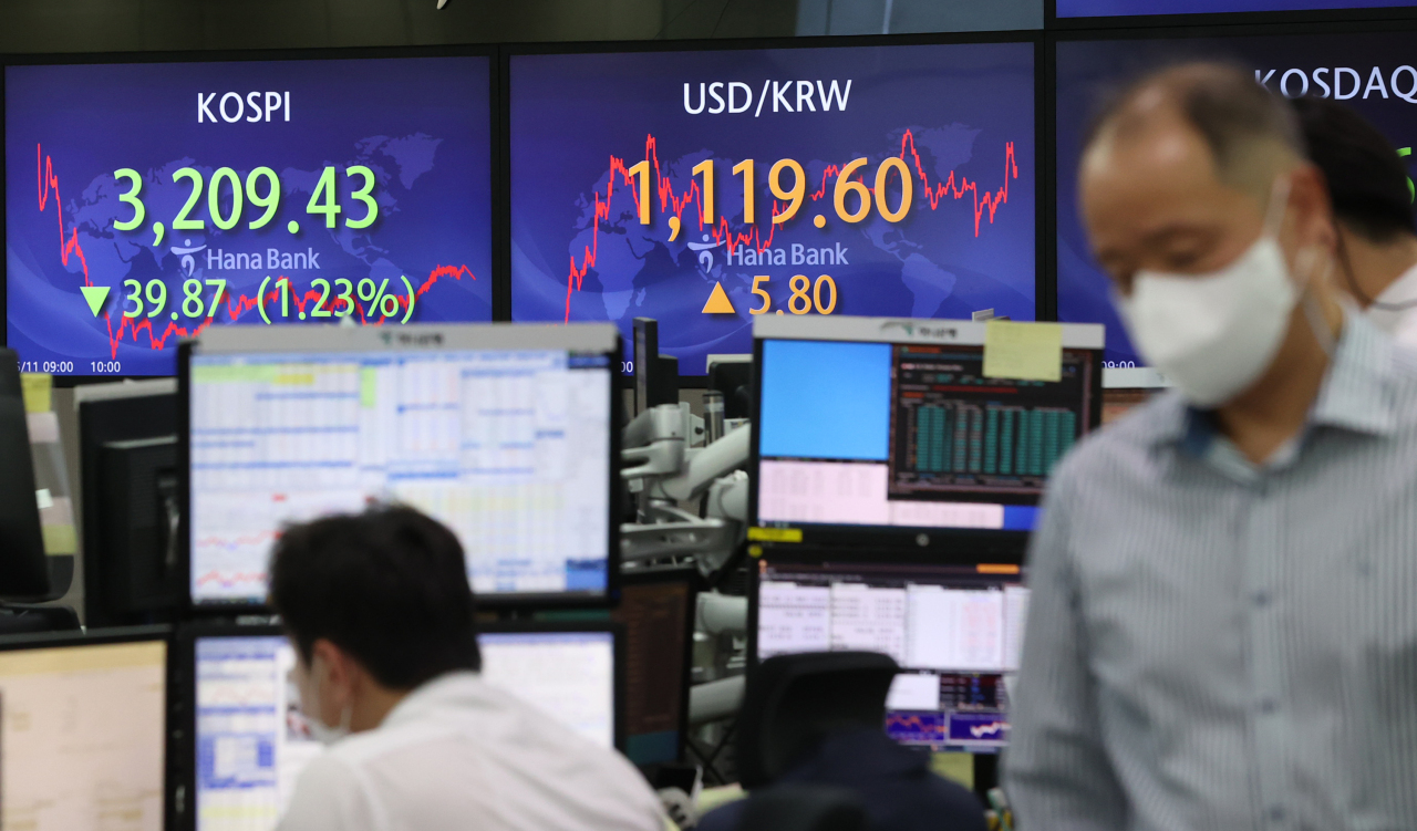 The signboard at the dealing room of Hana Bank in Seoul shows that the Kospi loses by 39.87 points, while the US dollar climbs by 5.8 won on Wednesday. (Yonhap)