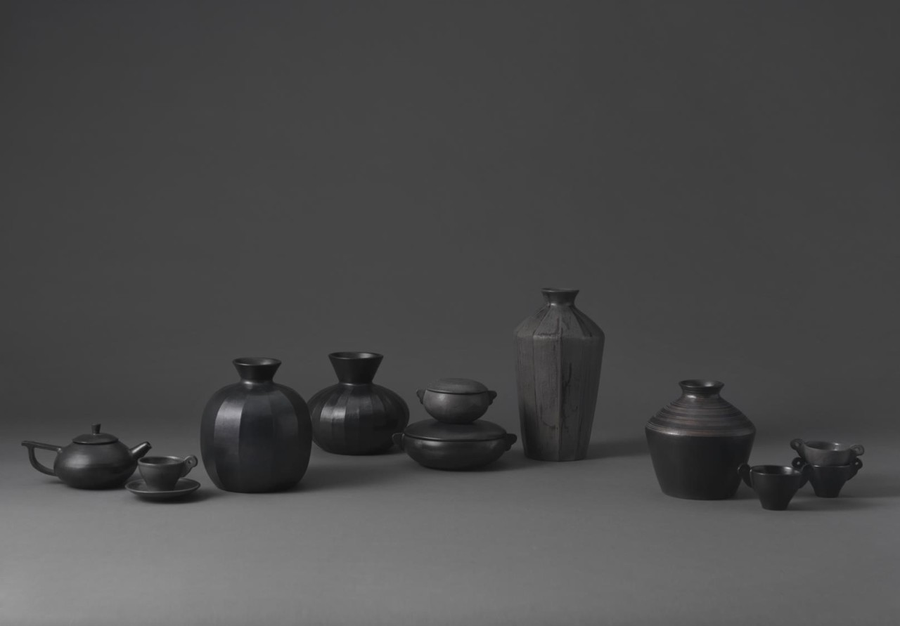 Kitchenware made by Jeong Young-rak who incorporated Korean onggi-making skills in the process. (Korea Cultural Heritage Foundation)