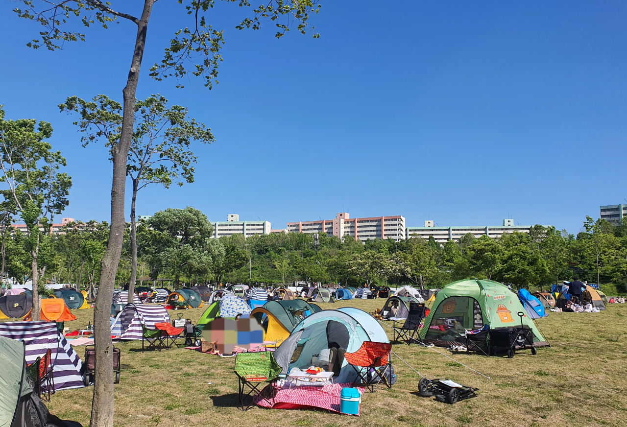 People are resting inside tents at Banpo Hangang Park by the Han River in Seocho-gu, southern Seoul, on Sunday. (Yonhap)